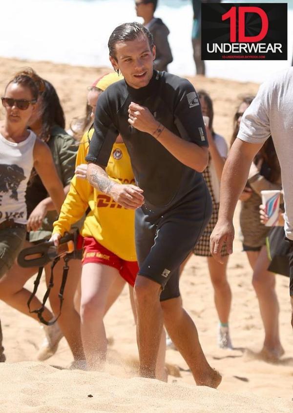 Louis SEXY en combinaison de Surf !