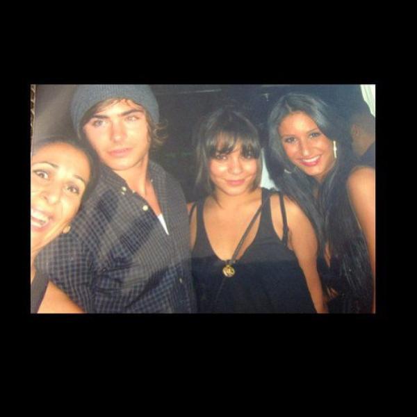 Za-Nessa-SourceFlashback, juin 2009 : Zac, Vanessa, et des fans.Za-Nessa-Source