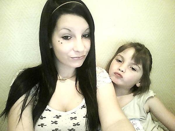 Ma petite soeure a moi, mon bijoux, mon karma, celle qui me redonne le sourire quand sa va mal .. ♥.