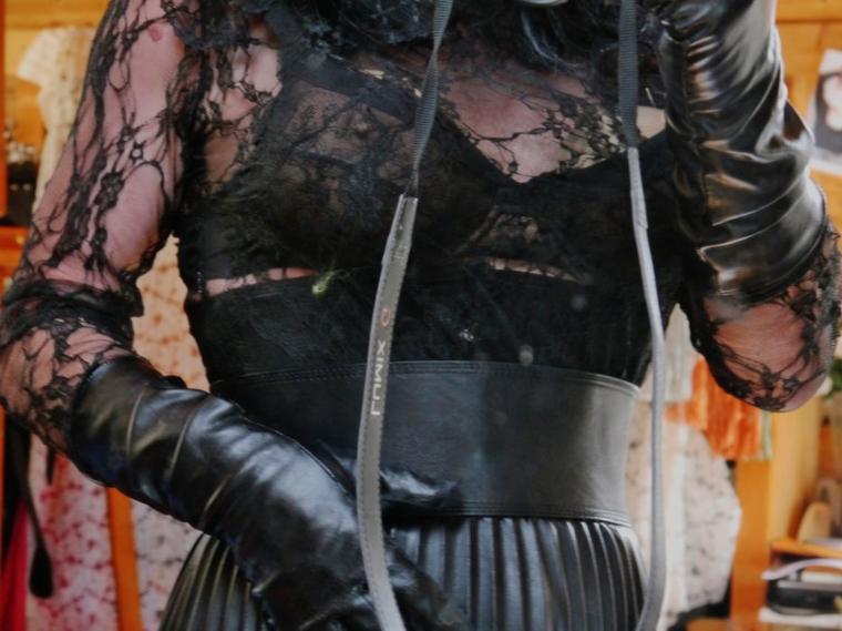 Dentelle, jupe plissée, cuirs, gantée et corset serré...