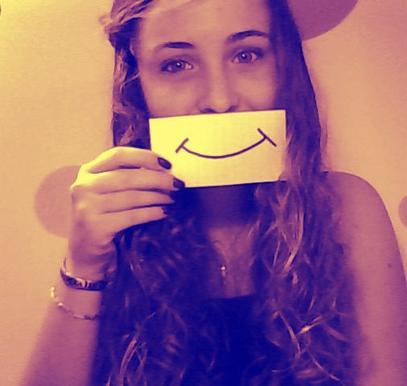 Derrière un faux sourir se cache des milliers de larmes ... ♥