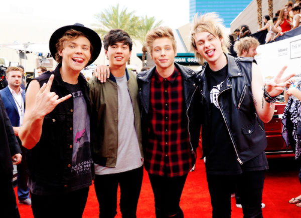 5 Seconds Of Summer - She Looks So Perfect (Billboard Music Awards)