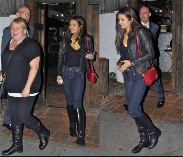 f CANDIDS du 2/o2/12     .       Nina Dobrev accompagnée de Julie Plec, aperçue dans West Hollywood f