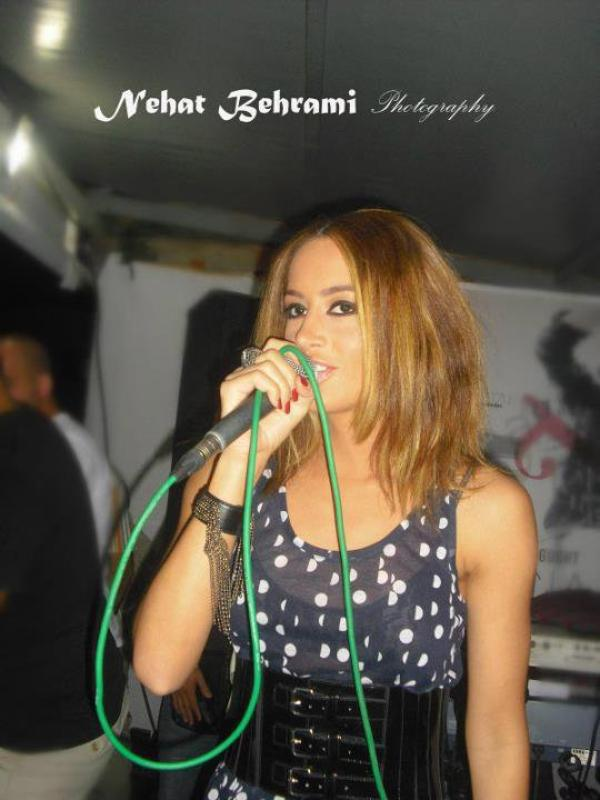 """Une nuk di pse Dafina del ne sken me mikrofon edhe pse nuk kendon """"LIVE"""" por """"PLAYBACK"""" !!!!!"""