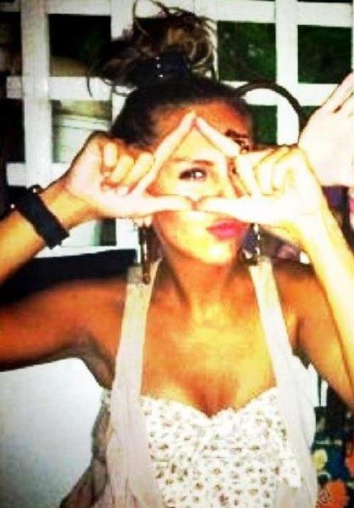 Shoqja e Dafines me symbole Illuminati !!!! (Adriana Daci)