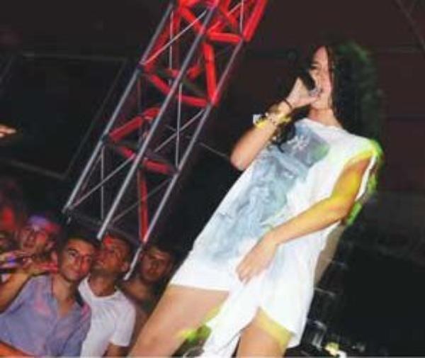 Dafina Zeqiri bën gjeste palidhje në koncerte!