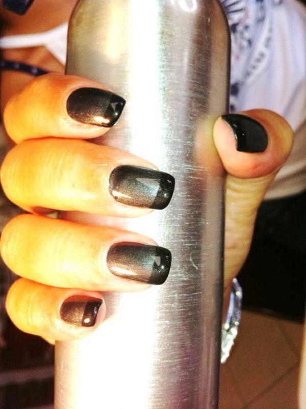 Pose d'ongles gel gris nacré et french noir