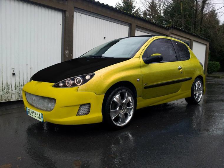 Montage avec une couleur jaune de la mégane F1
