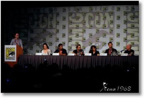 Lucy Lawless, Liam McIntyre, Katrina loi, Manu Bennett, Dustin Clare et Steven DeKnight.
