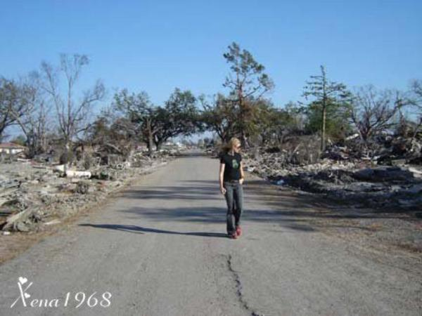 LUCY  LAWLESS  DANS  LE  NEUVIÈME  WARD, NEW  ORLÉANS  2005