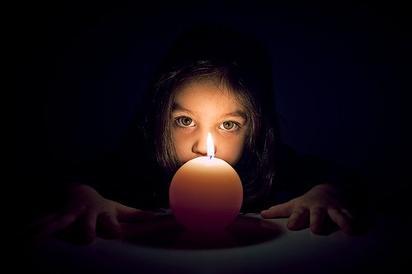 '' Il est plus intelligent d'allumer une toute petite lampe que de te plaindre de l'obscurité ''
