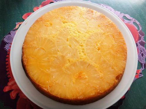Gâteau caramélisé à l'ananas et au rhum.