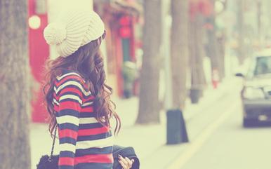 """""""Attendre qu'une personne te rende heureuse est le meilleur moyen d'être malheureuse."""""""