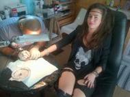 Juliette s'est tatoué Cosmic Mama sur les doigts !
