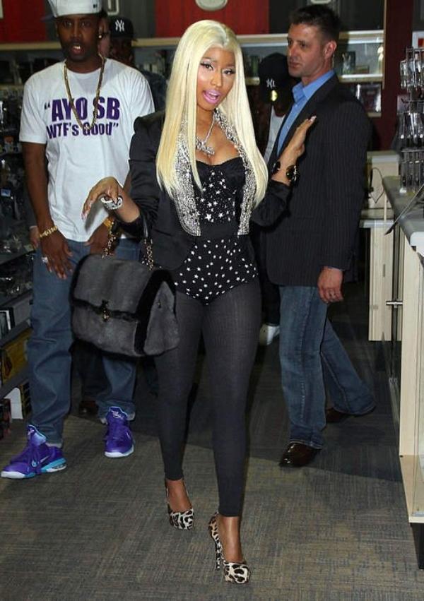 """Nicki Minaj se balade """"sans pantalon"""""""