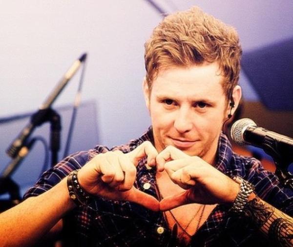 @DannyMcFly - Danny Jones. Yeux bleus magnifiques, une voix parfaite, un sourire de débile, un petit pois à la place du cerveau, et le meilleure rire au monde. Ouais ouais, I love him. :3