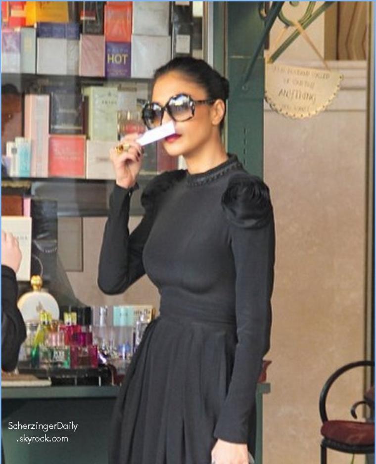 -- Mercredi 21 Décembre 2011 : Nicole est allée faire quelques achats de Noël dans les rues d'Hollywood.. --