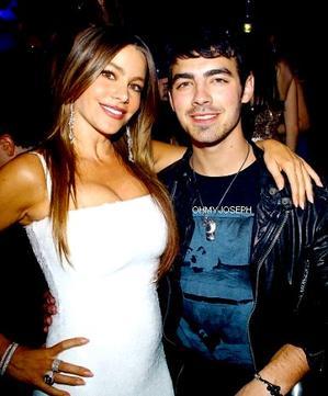 Le 31/12/11, Joe est allé dans un casino à Las Vegas pour fêter le nouvel an avec une amie et le boyfriend de Demi.L
