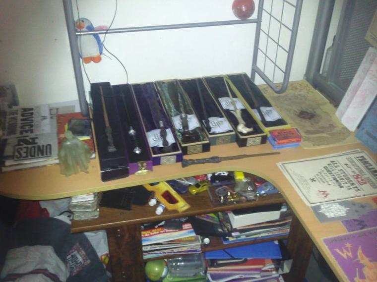 Ma chambre Harry Potter . Ou plutot mon bureau . On peut voir la carte du marauder original, celle du livre la magie des films et une autre que j'ai fait moi même avec le plan de mon collège dedans .