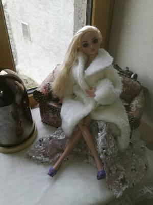 Je vais mettre finalement ce manteau avec ma robe.....se dit elle....
