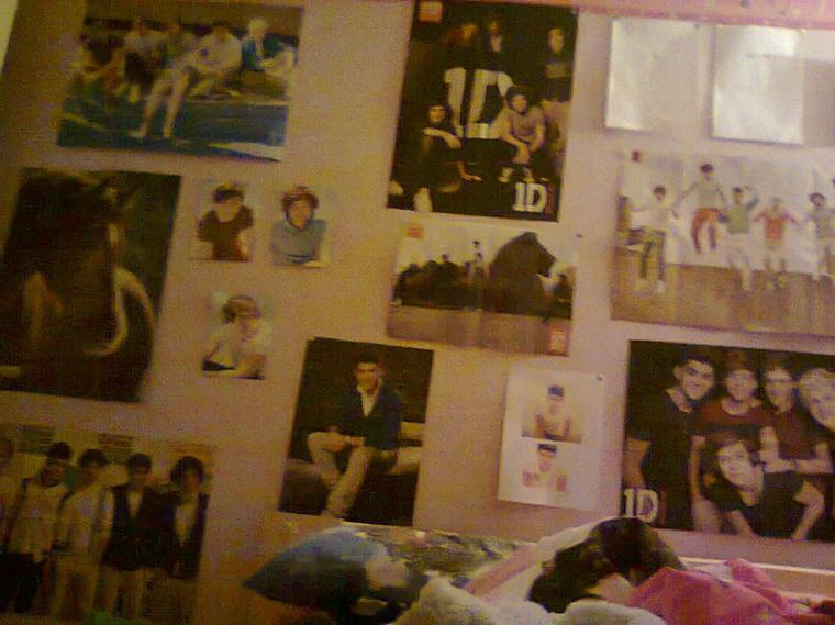 Yeah ;)!  Voilà, pour ceux qui m'ont demandé, voici ma chambre ! (pas eu la place de mettre mes 20 magasines des 1D sur mon lit ^^')