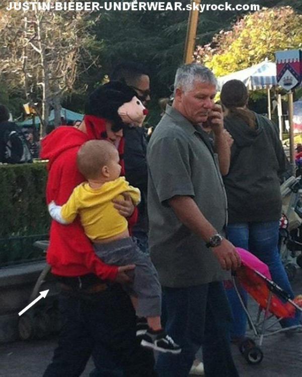Justin saggue à Disneyland !!! SEXY