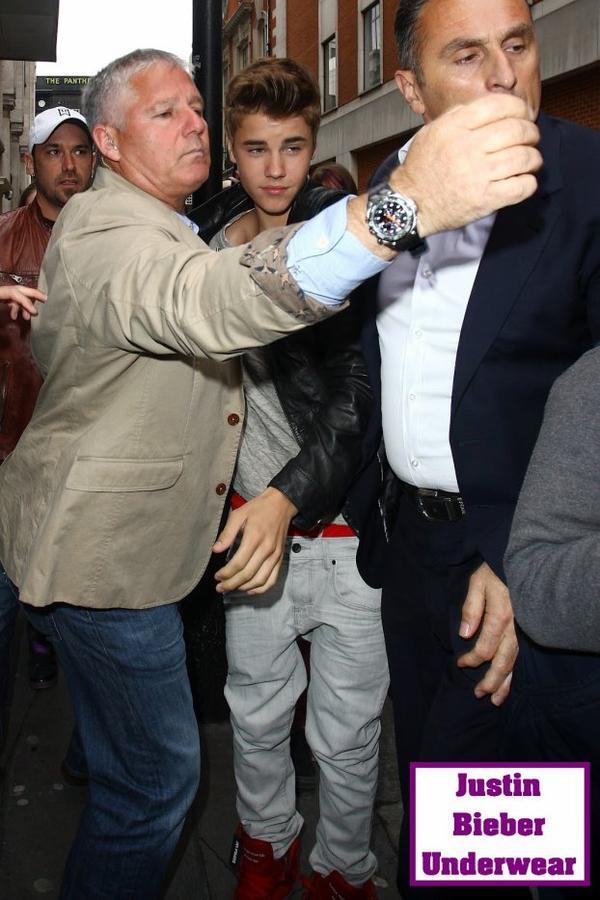 Justin Bieber super SEXY en BOXER rouge !!!