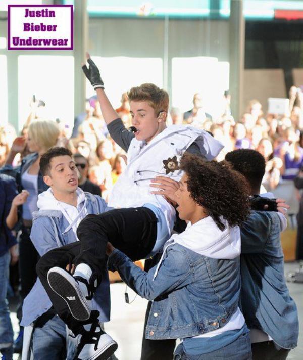 Justin Bieber SEXY en Boxer bleu clair !!!