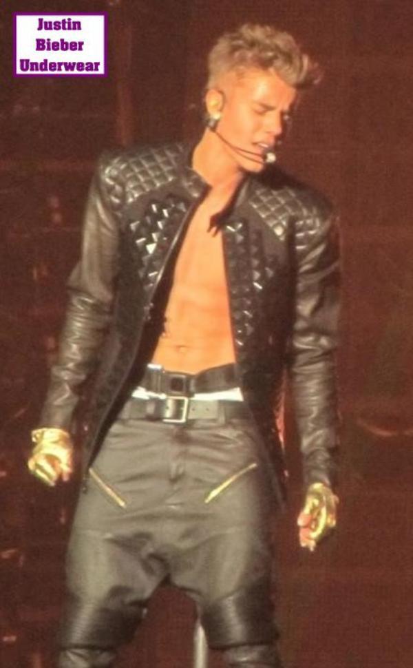 Justin se déshabille en plein concert (N°1)