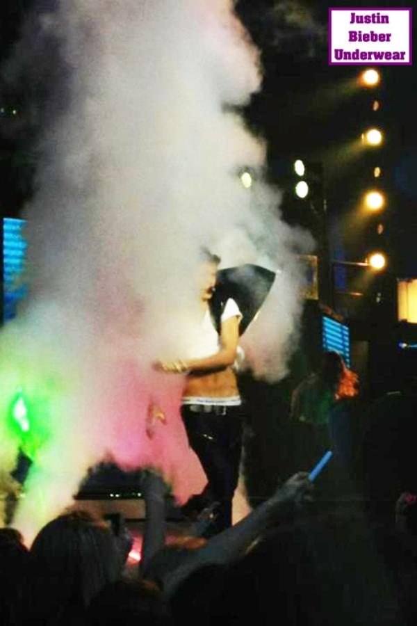 Justin se déshabille en plein concert (N°2)