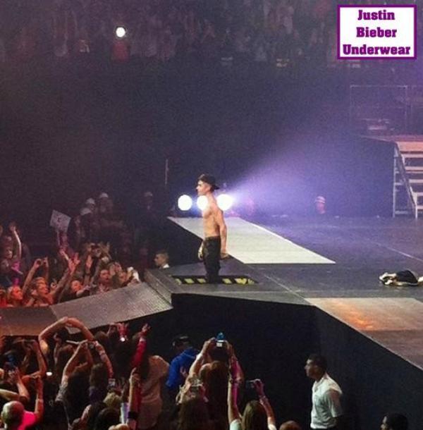 Justin se déshabille en plein concert (N°4)