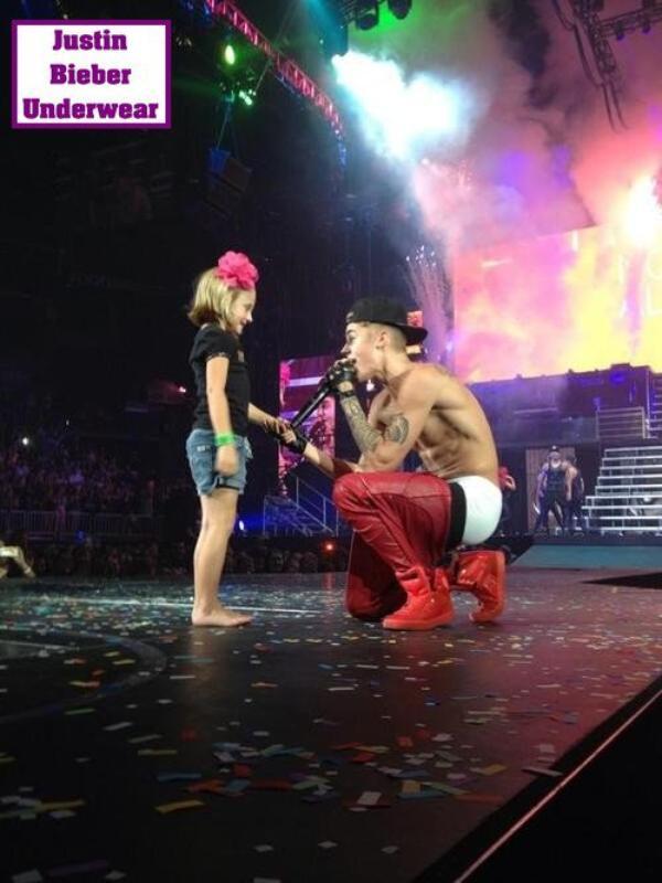 Justin le pantalon sous les fesses pendant son concert, MEGA HOT !!!