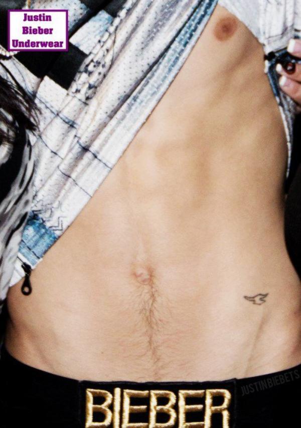 Viens vite voir, Justin Bieber ton montre ses abdos !