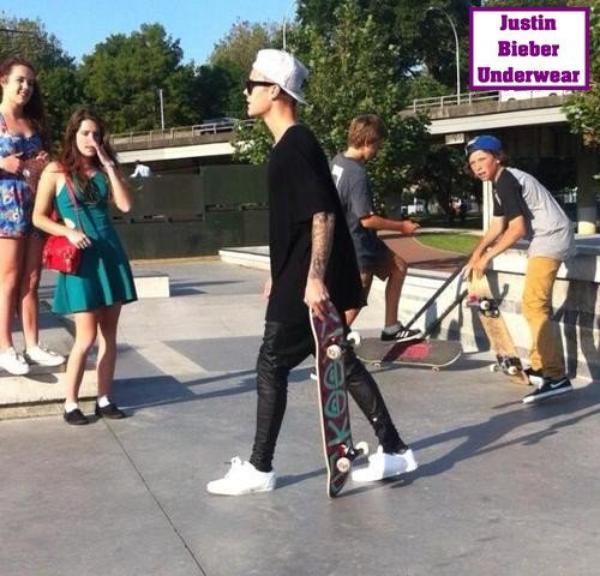 Justin Bieber SEXY quand il fait du skate (Boxer Bleu)