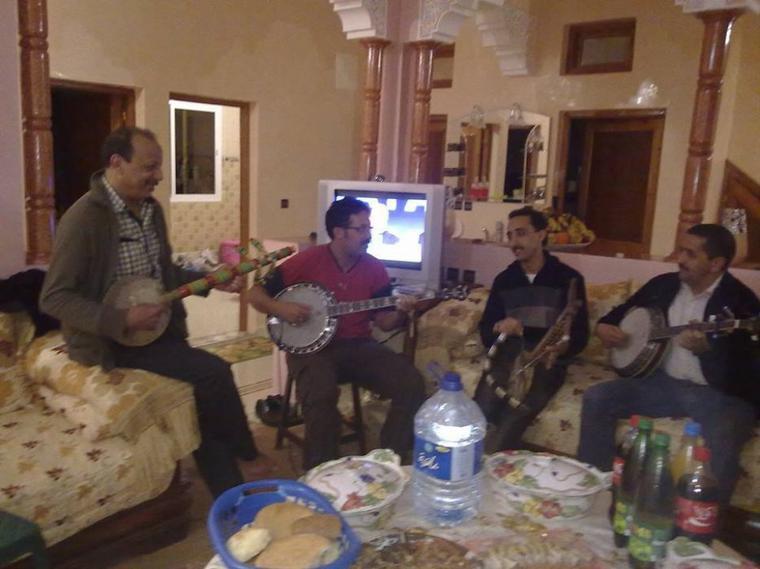 جلسة ممتعة في بيت عبد الله الفوى مع حماد اماينوا —