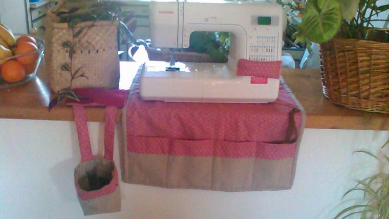 ensemble pour la machine à coudre de ma fille  le panier à fil le coussinet et le tapis