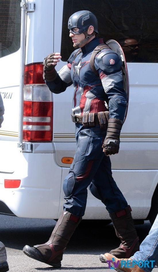 Chris Evans En Costume Sur Le Tournage D'AVENGERS: AGE OF ULTRON!
