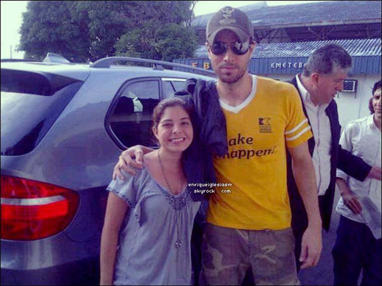 . ________Mardi 28 Juin : Enrique rendant visite aux enfants hospitalisés  de Guayaquil. Mardi 28 Juin : Enrique posant avec une fan devant son hotel avant de partir pour Quito. .