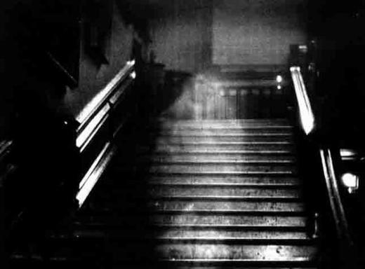 Fantôme sous surveillance. ♦