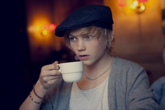Ulrik, une des seules personne a avoir la classe en buvant un café