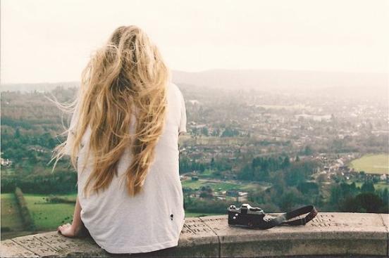 Et puis la tristesse passera, elle aussi, comme le bonheur, comme la vie, comme les souvenirs qu'on oublie pour moins souffrir.