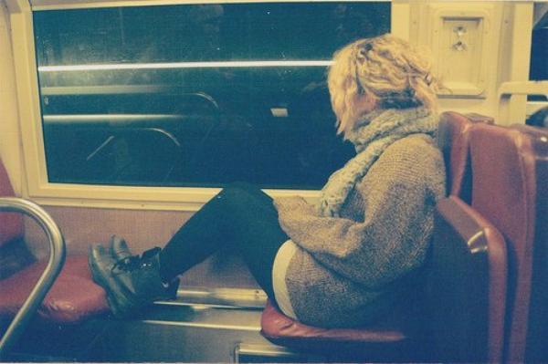 Je n'arrive pas à l'oublier. C'est terrible. J'ai décidé de ne plus le voir, mon coeur ne veut plus, ma tête refuse, mais chaque pore de ma peau hurle au manque. Tu sais quoi ? L'amour ça nait dans le coeur mais ça vit sous la peau. Et lui, il est tapi sous ma peau.