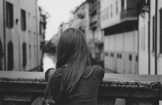 Alors j'ai pensé que ma vie n'aurait plus jamais de sens si elle devait être privée de cet homme, j'ai pensé que jamais plus je ne pourrais rire, ni parler, ni marcher, si cet homme devait me quitter.
