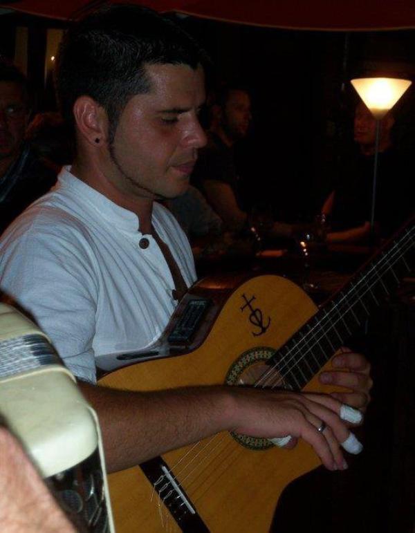 Eltonio lors d un concert de Rumba Flamenca