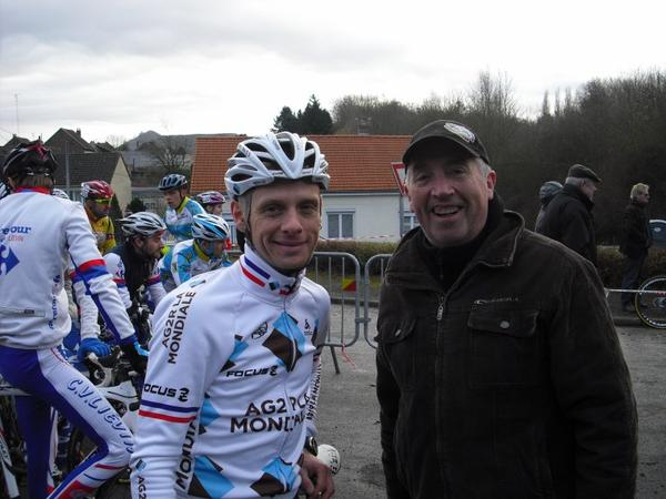 Cyclo  Cross de '''Marles les Mines '''John Gadret '''adoube Romain Devos le 15 / 12 / 2013