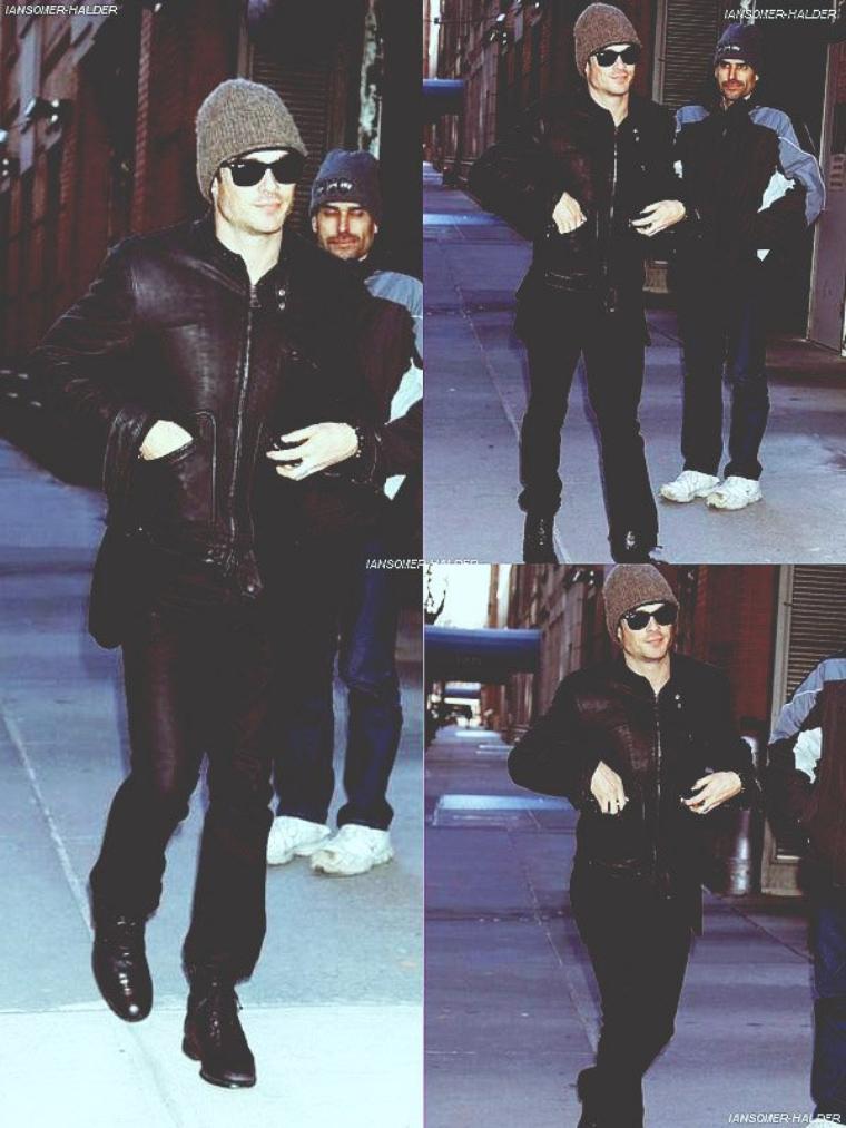 """Ian quittant les Studios de """"Regis and Kelly"""".   Le 11 janvier 2010."""