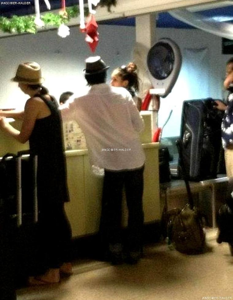 Ian a été vu avec Nina a l'aéroport de Bora Bora. | le 01 janvier 2012.