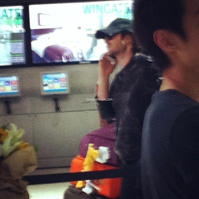 Ian à l'aéroport de LAX (photos par une fans, que Ian a ensuite poster sur twitter). | Le 25 juin 2012.
