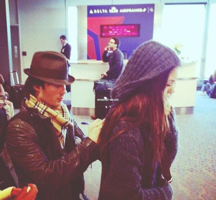 Ian était a l'aéroport de Salt Lake City avec Nina, ils ont acceptés de signer des autographes.  | Le 17 décembre 2012