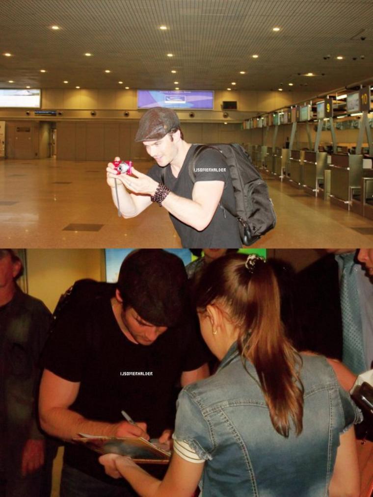 Ian à été vu arrivant à l'aéroport de Moscou et sa signer des autographes. | Le 24 mai 2013.